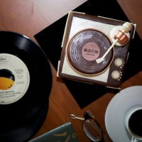 【The Lounge】復刻經典「黑膠時代」蛋糕