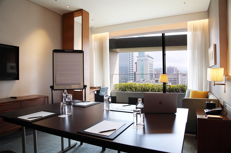 融合商務機能與人文時尚的客房工作空間